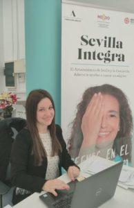 Fotografía Inma en las oficinas de Fundación Adecco frente a su ordenador