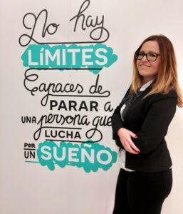 """Fotografía Rosa Arce Rodríguez frente al lema de la Fundación Adecco: """"No hay límites capaces de parar a una persona que lucha por un sueño"""""""
